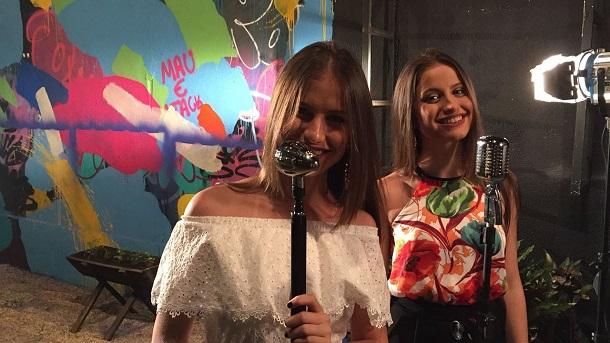 Cantoras Júlia e Rafaela com microfone
