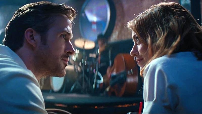 Atores Ryan Gosling e Emma Stone no file La La Land se olhando
