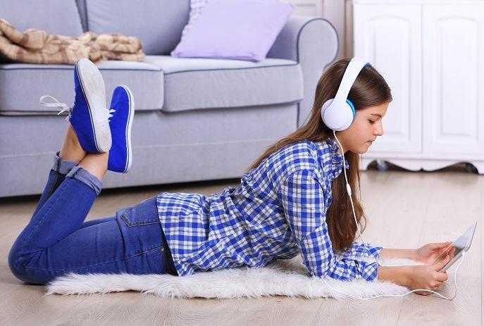 Garota ouvindo música no tablet