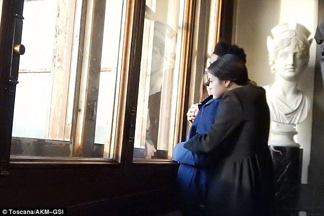 selena gomez abraçada com the weeknd