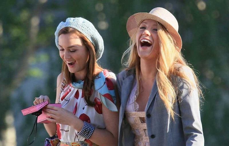 blair e serena de gossip girl com chapéu e rindo
