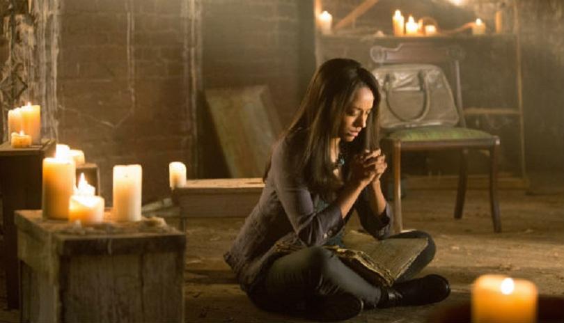 Bonnie Bennett, de The Vampire Diaries, fazendo um feitiço