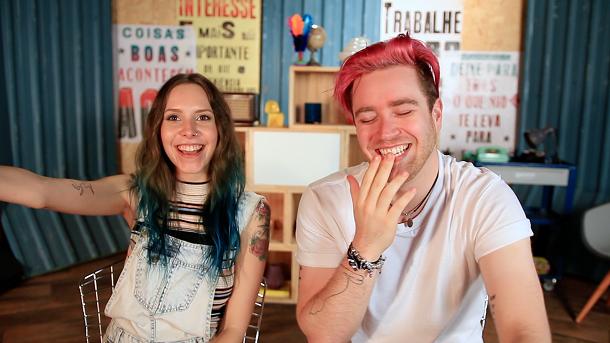 Gabbie e Luba, youtubers, sorrindo