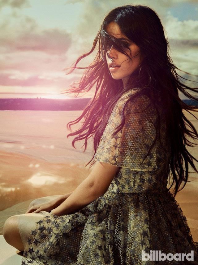 camila cabello com cabelos ao vento