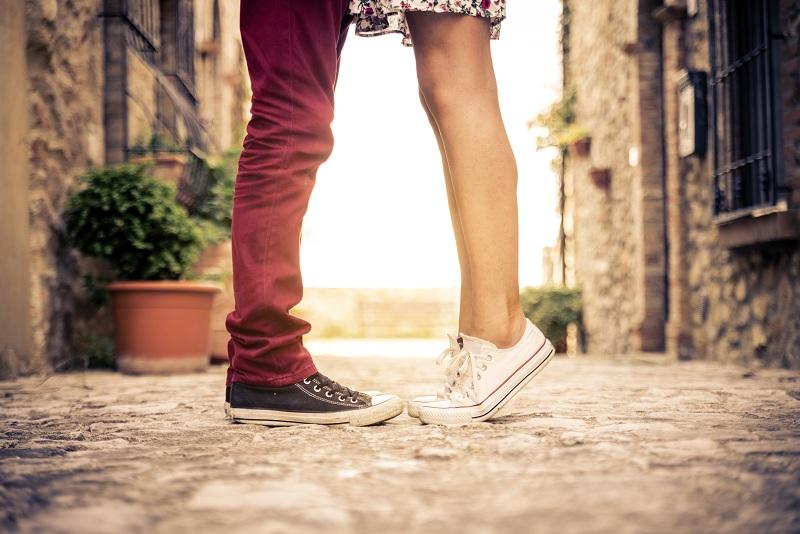 casal se beijando com menina na ponta do pé mostrando se tipo de beijo