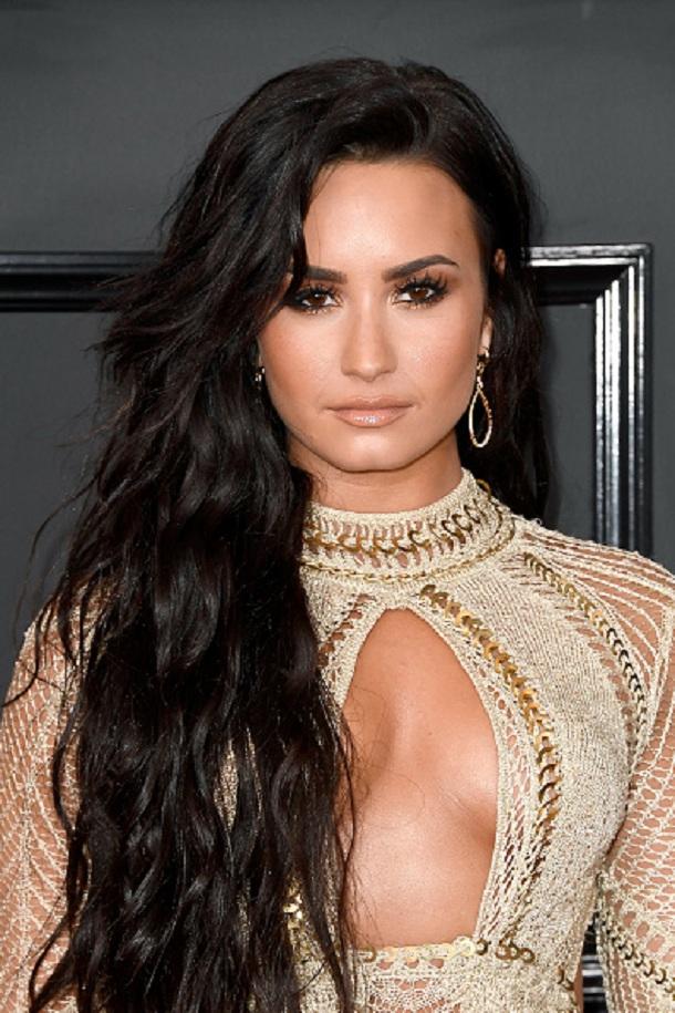 Demi Lovato no red carpert do Grammy 2017