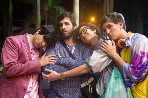 Elenco de youtubers que fazem parte de internet O Filme, se abraçando