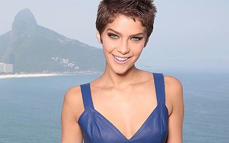 isabella santoni com blusa azul no rio de janeiro