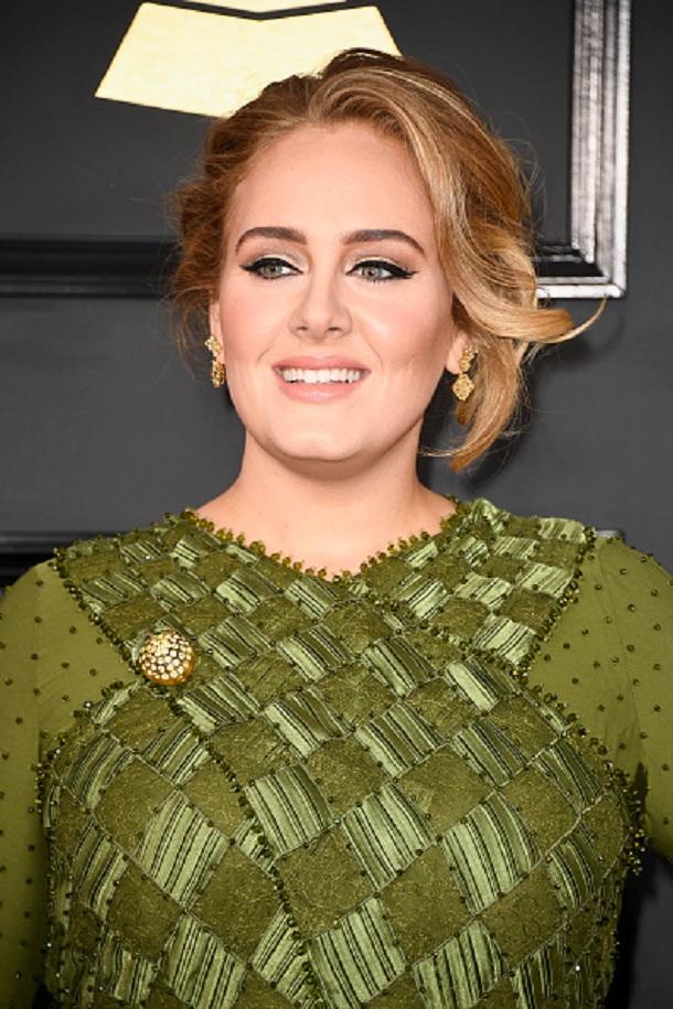 Adele com vestido verde no Grammy 2017 com maquiagem com delineado gatinho