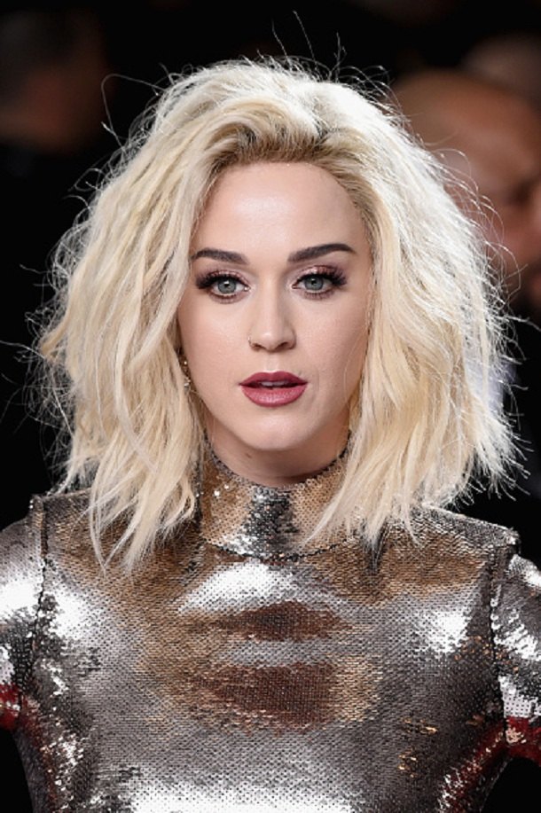 Katy Perry vestindo vestido prata no Grammy 2017