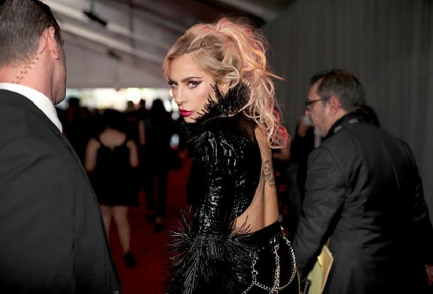 Lady Gaga passando pelo red carpet do Grammy 2017
