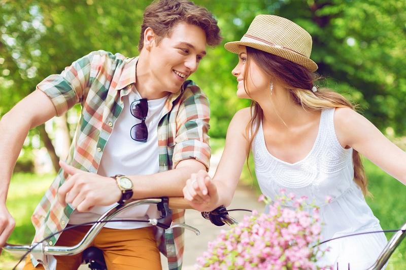 casal juntos andando de bicicleta