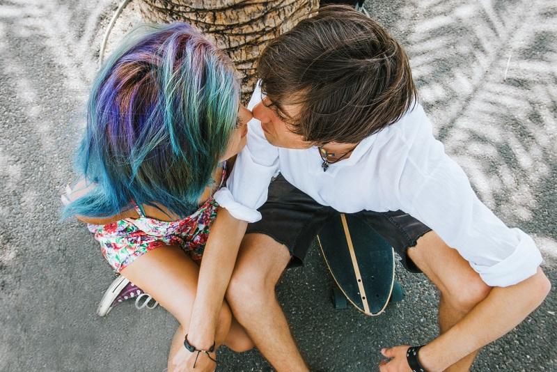 Casal adolescente se beijando no chão