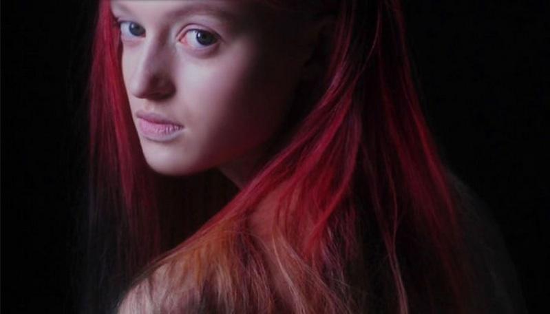Garota com tinta que muda de cor pela temperatura