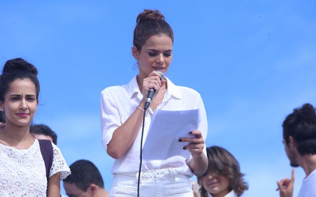 Bruna Marquezine em ato pela paz