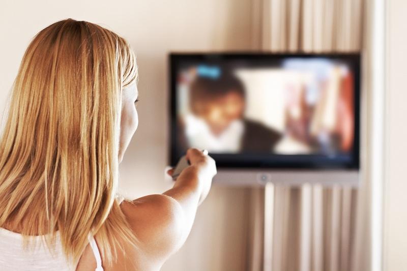 Menina assistindo abertura de série