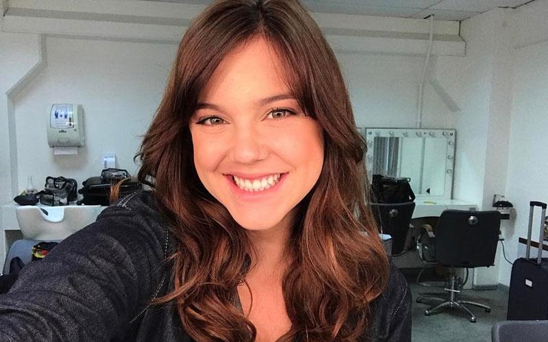 Alice Wegmann tirando uma selfie