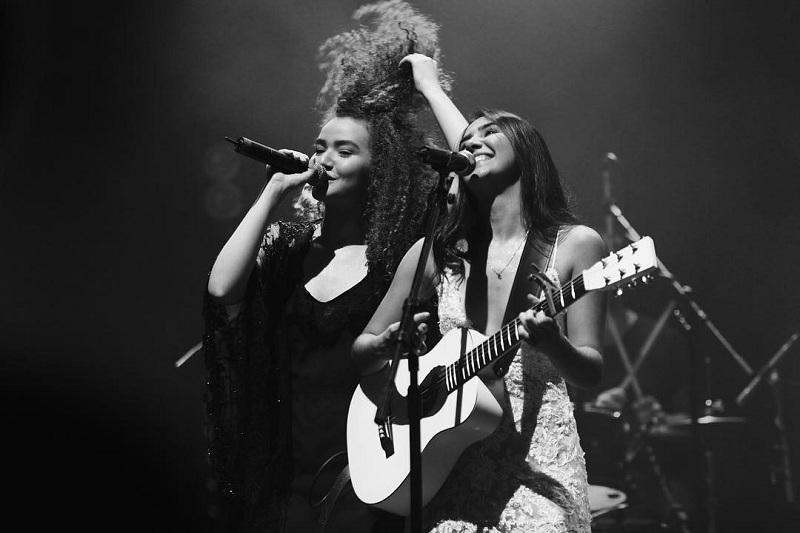 Anavitória cantando no palco
