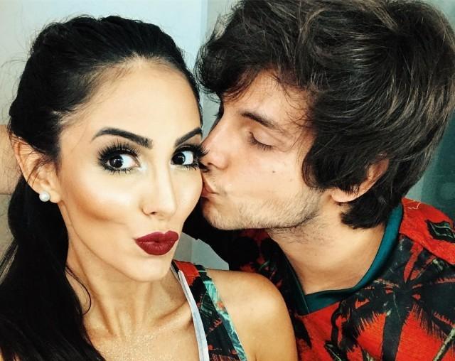 Bruno Guedes beijando o rosto da namorada, Jade Seba