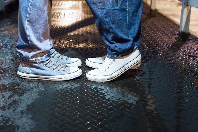 pés do casal, um ao lado do outro, em posição de beijo