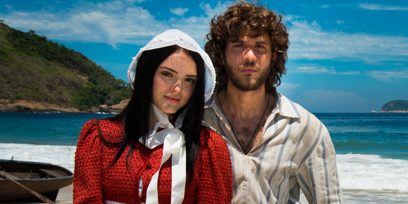 uma foto do atores Chay Suede e Isabelle Drummond na praia