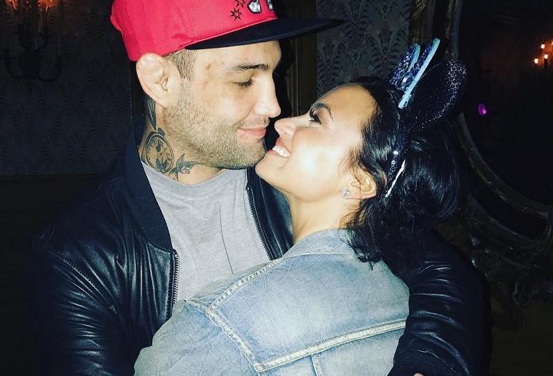 Demi Lovato e Guilherme Bomba abraçados