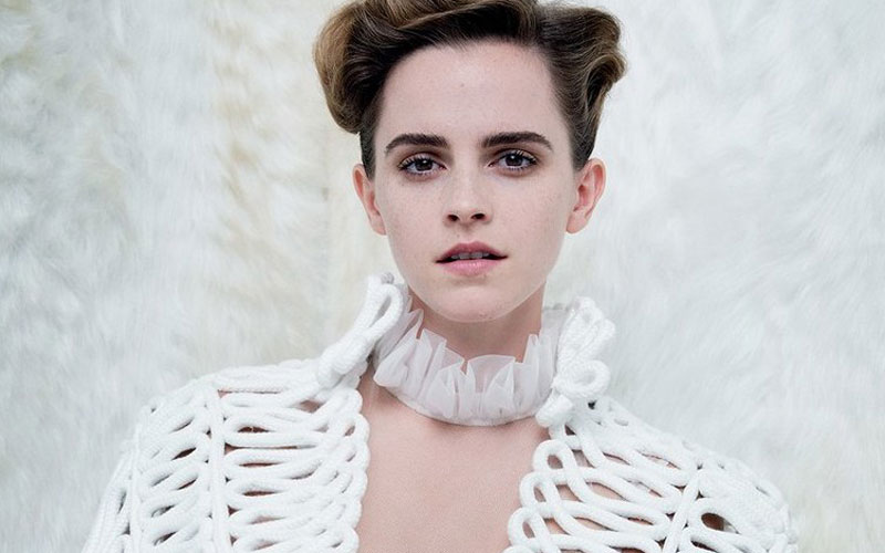 Emma Watson com o cabelo preso e blusa branca