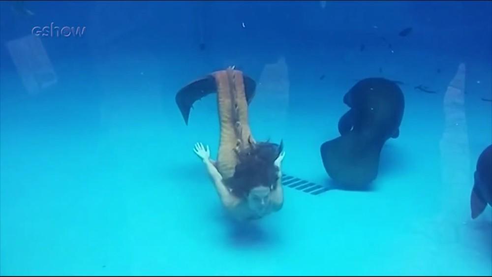 Isis Valverde nadando em aquário