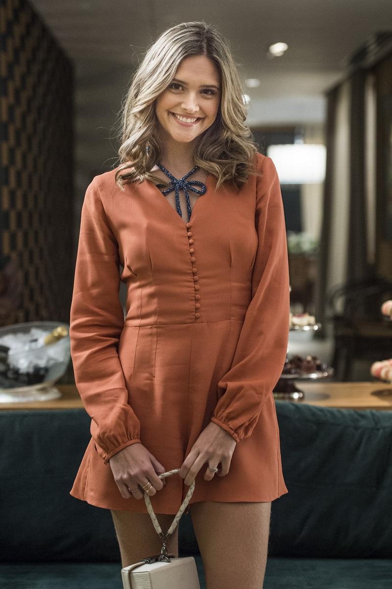 Juliana Paiva sorrindo e vestindo macaquinha marrom