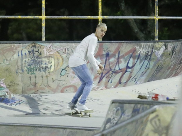 Justin Bieber andando de skate
