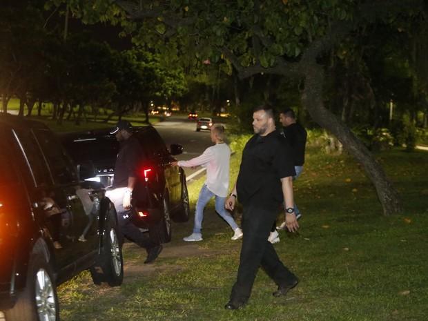 Justin Bieber cercado de seguranças