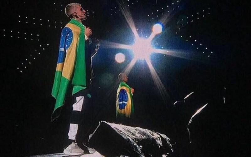 Justin Bieber com uma bandeira do Brasil nas costas