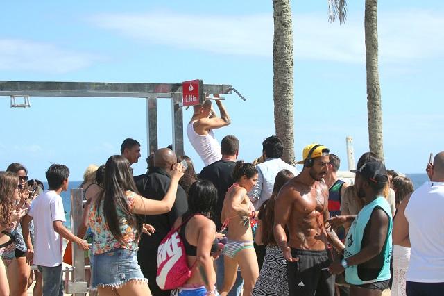 Justin fazendo flexões nas barras de exercícios, no calçadão da praia de Ipanema.