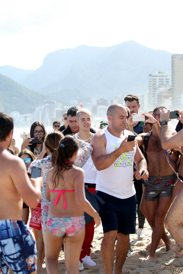 Justin na praia de Ipanema entre multidão.