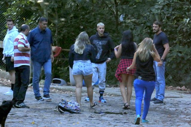 Fãs pedem para tirar fotos com Justin após ele sair de trilha na Pedra da Gávea.
