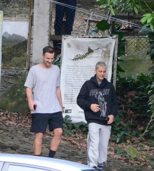 Justin acompanhado de segurança saindo de trilha na Pedra da Gávea, RJ