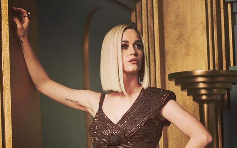 Katy Perry com cabelo loiro long bob