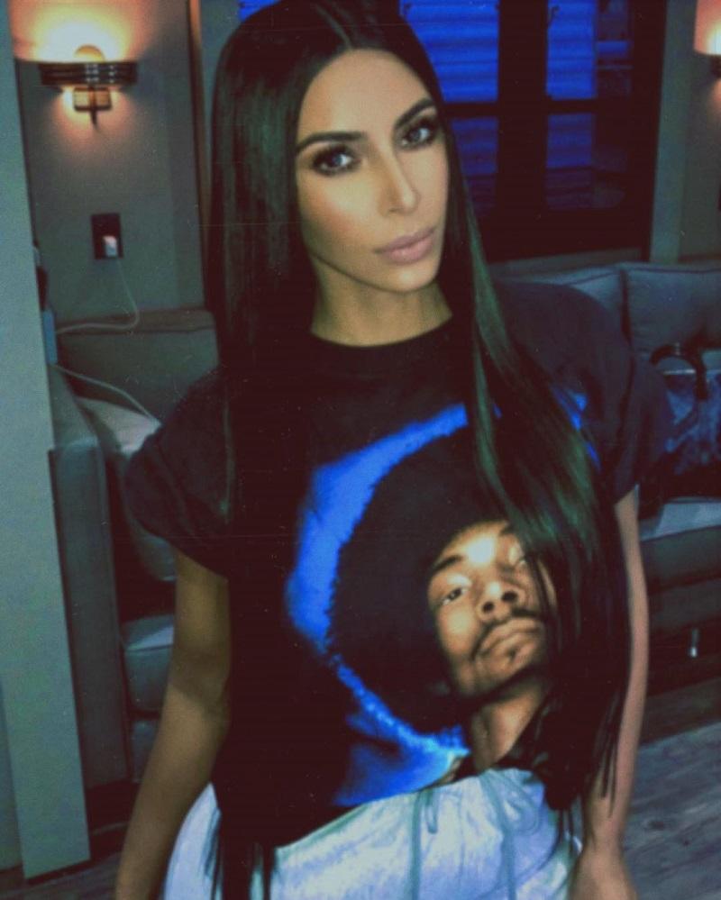 Kim Karadasian com t-shirt do Bob Marley