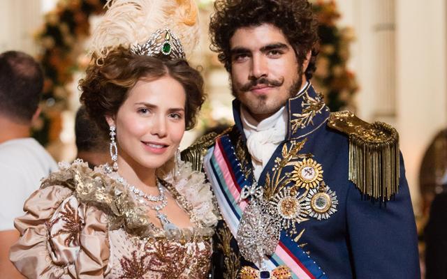 uma imagem de uma foto de Caio Castro e Letícia Colin caracterizados para a novela Novo Mundo