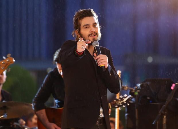 Luan Santana fazendo show no Domingo Legal