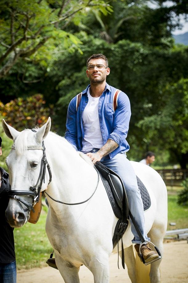 Lucas Lucco andando em um cavalo branco