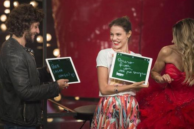 Laura Neiva e Chay Suede no pedido de casamento