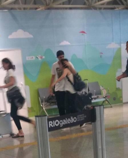 Rafa Vitti e Tatá Werneck abraçados no aeroporto
