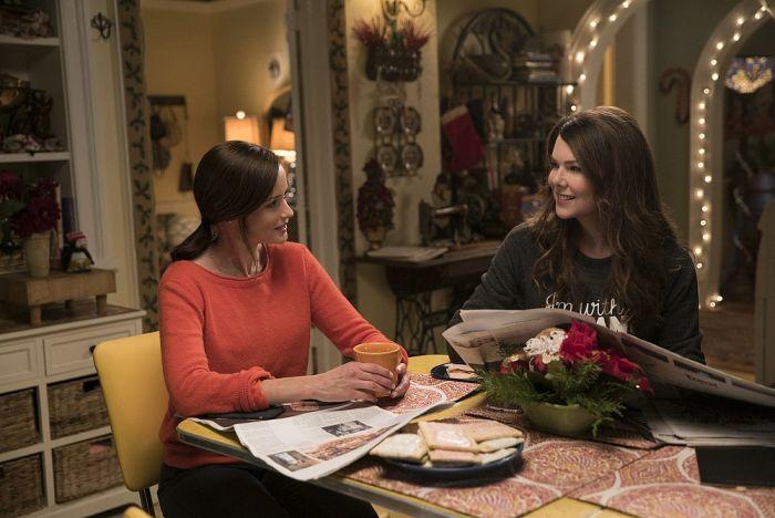 Rory e Lorelai Gilmore na cozinha de sua casa
