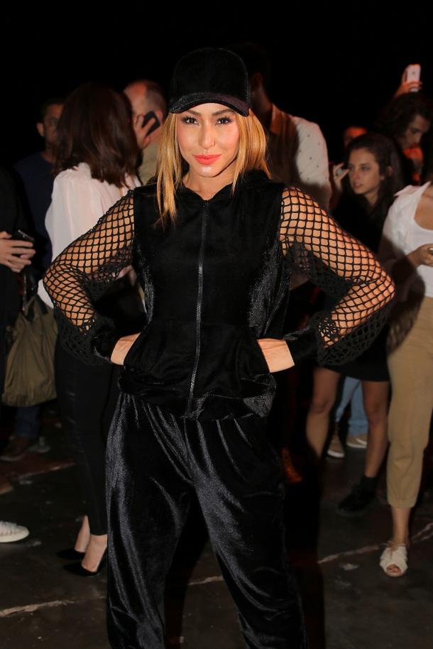 Sabrina Sato usando look total black e boné no São Paulo Fashion Week