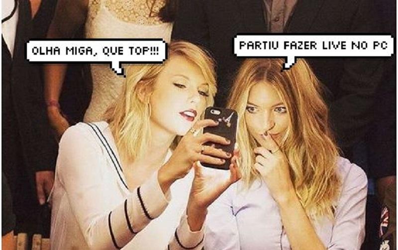 Taylor Swift mostrando algo no celular para uma amiga, que faz cara de interesse