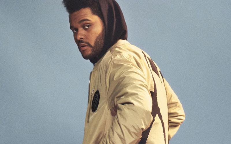 The Weeknd de casaco olhando para trás