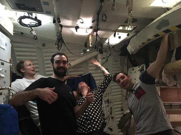 Integrantes da banda Two Door Cinema Club em pose descontraída