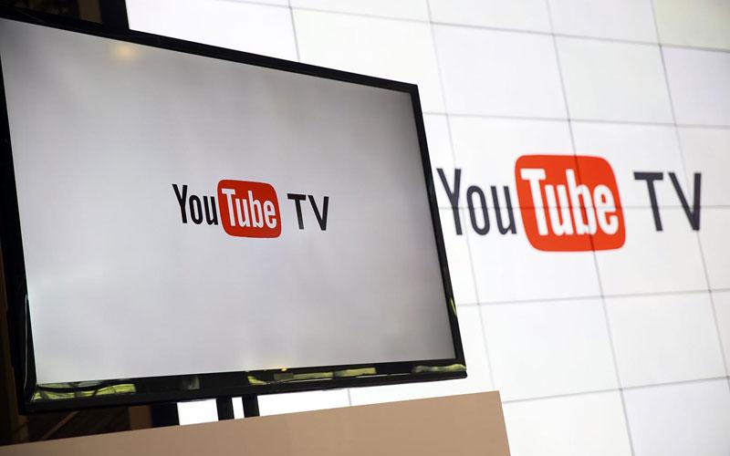Foto de um telão com o logo do YouTube TV