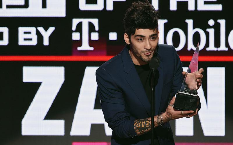 Zayn recebendo um prêmio
